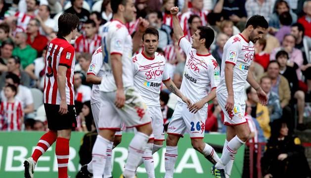 Los jugadores del Sporting celebran el gol de Lora