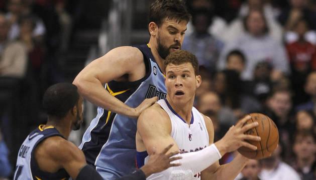 Blake Griffin  defiende ante Marc Gasol