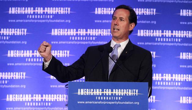 El candidato republicano Rick Santorum habla en una conferencia celebrada en Milwaukee, Wisconsin