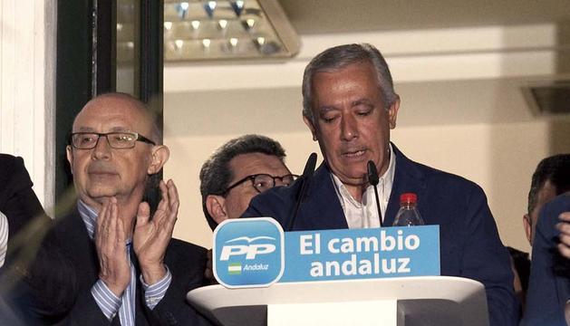 El candidato a Presidente de la Junta de Andalucía por el PP, Javier Arenas (d), acompañado por el ministro de Hacienda y Administraciones Públicas, Cristobal Montoro