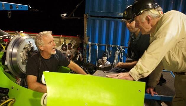 James Cameron (i) y el explorador oceanográfico Don Walsh (d)