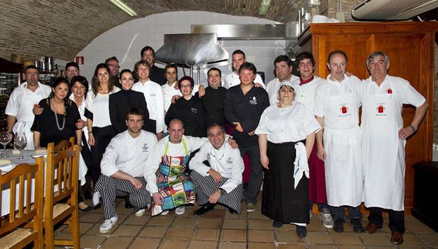 Los cocineros que prepararon el menú posaron junto a miembros de sociedades que colaboraron.
