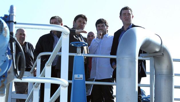 El gerente de Nilsa, Andrés Sola, explica a Unai Laco (alcalde de Aoiz) y a Roberto Jiménez, vicepresidente primero de Gobierno (PSN) el funcionamiento de la depuradora de Lónguida, junto al resto de invitados ayer a su inauguración.