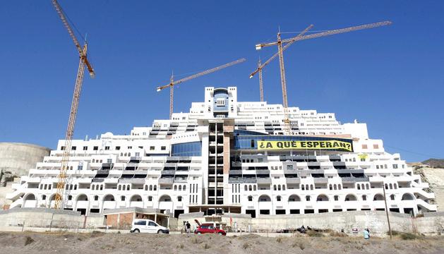 Fotografía de archivo tomada el 5 de septiembre de 2011 del hotel construido en la playa de El Algarrobico, en el municipio almeriense de Carboneras y situado en el Parque Natural del Cabo de Gata