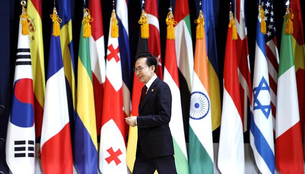 El presiente surcoreano, Lee Myung-bak, se dispone a comparecer en una rueda de prensa durante la II Cumbre sobre Seguridad Nuclear en Seúl, Corea del Sur
