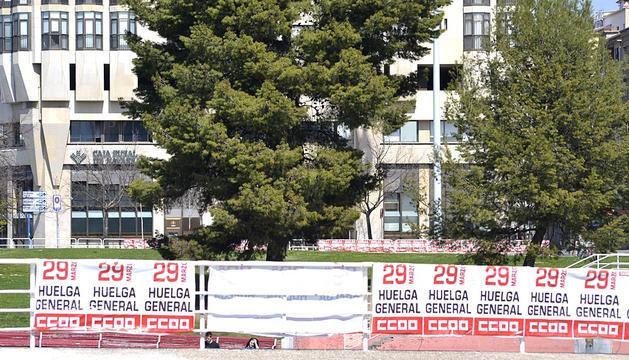 Un día antes del 29-M, la capital navarra presentaba una nueva cara llena de lemas y carteles por la mayoría de sus calles.
