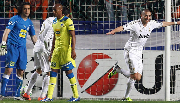 Karim Bernzema celebra uno de los dos goles que anotó para el Real Madrid en el partido frente al Apoel que le dio el pase a semifinales de la Champions.