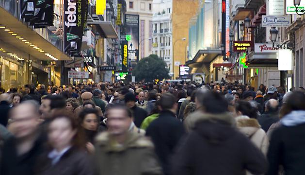 Gente andando por la Calle Preciados de Madrid