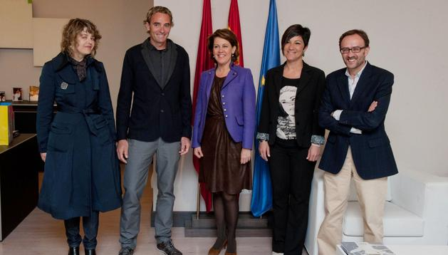 La presidenta junto con Abad y su esposa y responsables de ANFAS