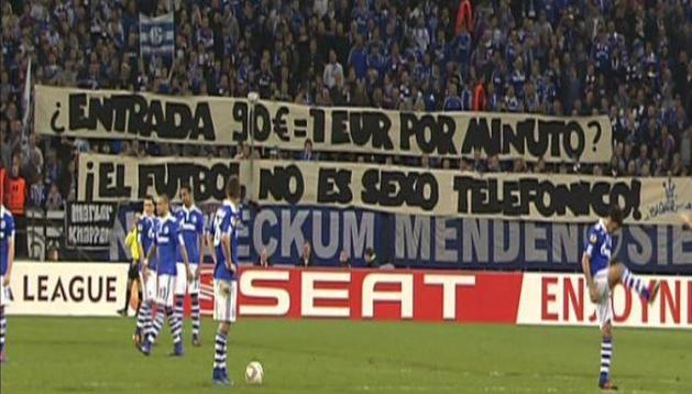Esta es la pancarta con la que protestó parte de la afición del Schalke 04