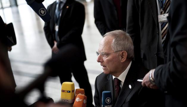El ministro alemán de Finanzas, Wolfgang Schäuble, atiende a la prensa a su llegada a la reunión informal de dos días de duración mantenida por los ministros de Economía y Finanzas de la UE en Copenhague.