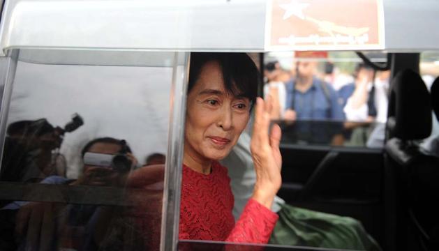 Suu Kyi, saludando a sus seguidores