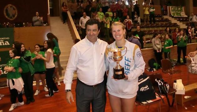 El Alcobendas también recibió la copa de subcampeonas de la Superliga Femenina 2 de manos de Javier Trigo