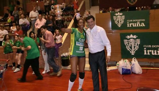 Andreia Alves, jugadora del GH Ecay Leadernet, recibe la copa de manos de Javier Trigo