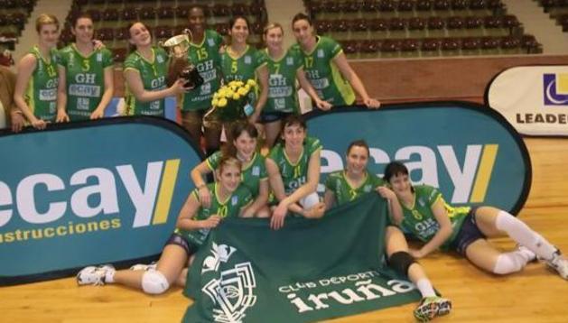 Las jugadoras del GH Ecay, tras recibir la copa de campeonas de la Superliga Femenina 2 de voleibol