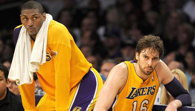 Los jugadores de los Lakers de Los Angeles Metta World Peace, a la izquierda, y el español Pau Gasol, observan un partido desde el banquillo