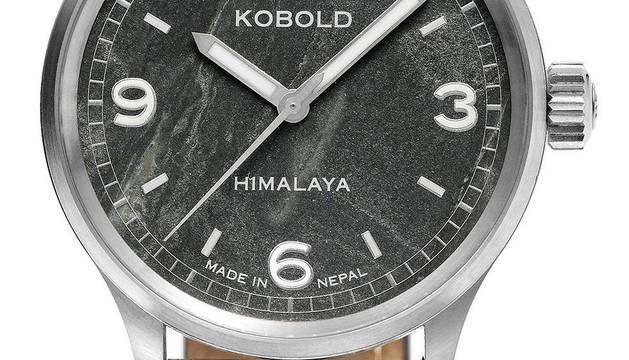 Imagen facilitada por Kobold Watch Company del exclusivo modelo Kobold Himalaya Everst, un reloj que lleva en su esfera roca de la cima del Everest