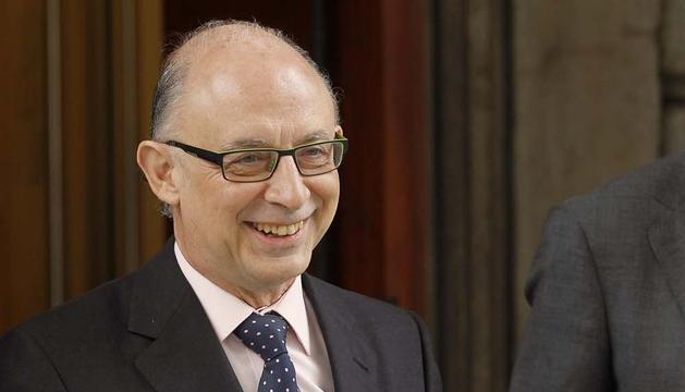 El ministro de Hacienda, Cristobal Montoro, posa con código BIDI y el pendrive de los Presupuestos Generales del Estado