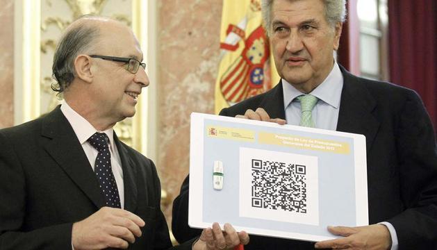El ministro de Hacienda, Cristóbal Montoro, hace entrega al presidente del Congreso, Jesús Posada, del proyecto de los Presupuestos Generales del Estado 2012