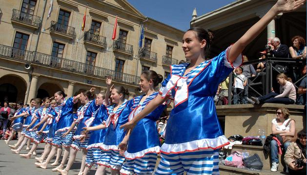 Un grupo de las niñas participantes ayer en el Día de la danza de Tafalla