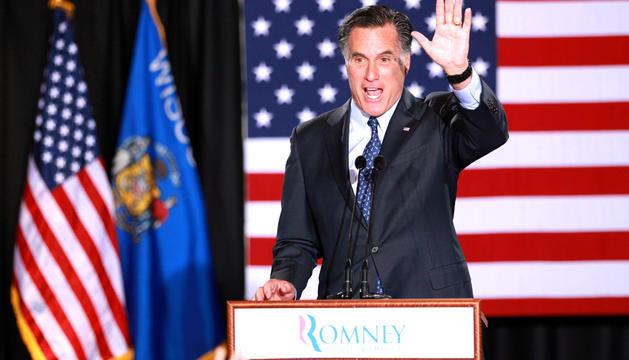 El candidato presidencial republicano Mitt Romney (centro) habla en Milwaukee, Wisconsin (EE.UU.)