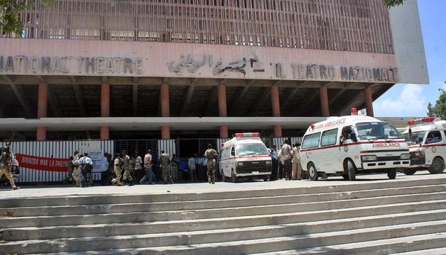 Ambulancias en el exterior del Teatro Nacional de Mogadiscio