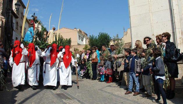 Los vecinos DE Ribaforada, ante el paso de Jesús con el borrico