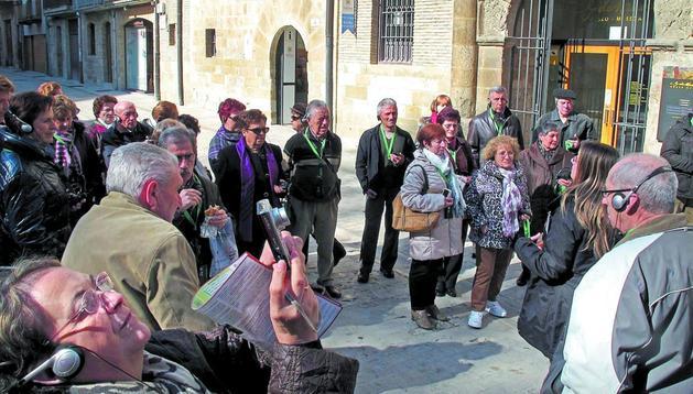 Uno de los contratos reforzará el área de Turismo. En la imagen, visita guiada por Estella el mes pasado