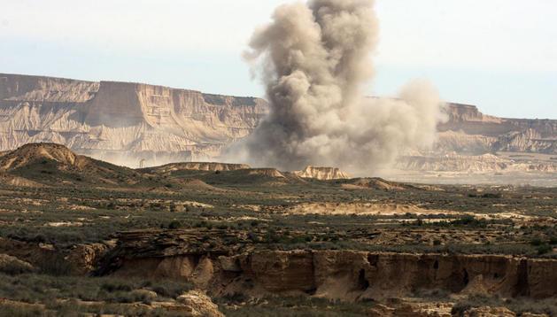 Ejercicios con fuego real en el polígono de tiro de Bardenas, en 2011