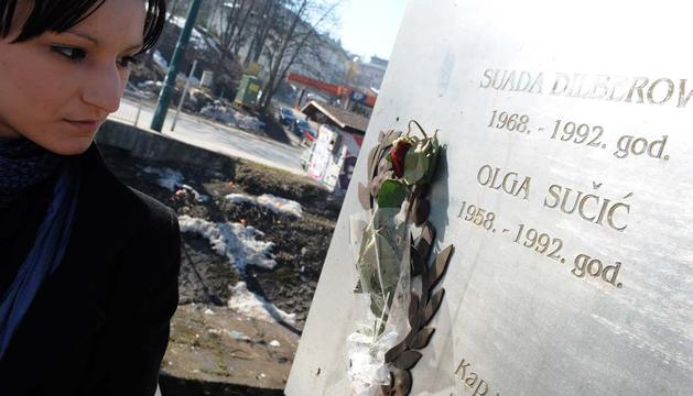 Placa en memoria de los dos primeros asesinados en el puente de Sarajevo