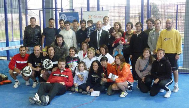 Los participantes en la entrega de trofeos tras la conclusión del primer Trofeo Complejo Deportivo de San Adrián