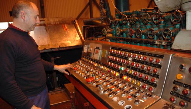 Un operario trabaja en la planta de KPF en Tudela