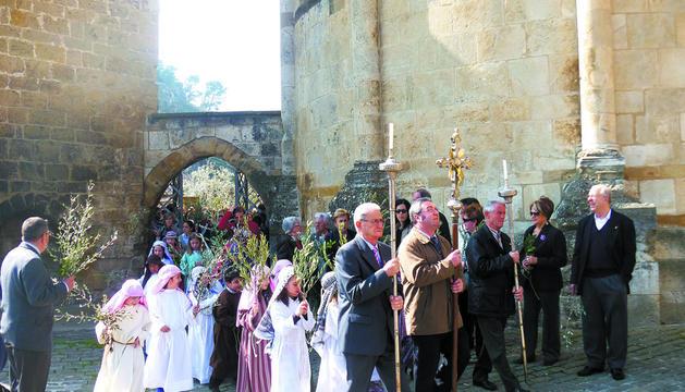 Procesión de este Domingo de Ramos en su recorrido por el exterior de la parroquia de San Miguel