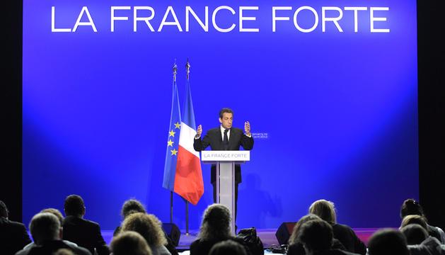 El presidente francés y candidato presidencial por el UMP, Nicolás Sarkozy, explica su proyecto electoral durante una rueda de prensa en París, Francia
