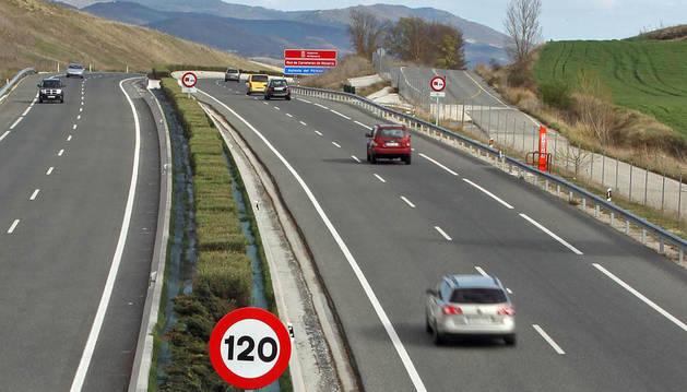 La velocidad máxima en autopistas vuelve a debatirse. En 2011, se redujo de 120 a 110 km/h y, cuatro meses después, volvió a 120, que es la que se mantiene como muestra la imagen de la Autovía del Pirineo.