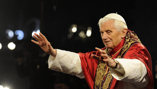 Benedicto XVI oficiando el Vía Crucis del Viernes Santo