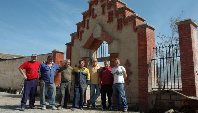 Varios voluntarios trabajan en una puerta de 1889