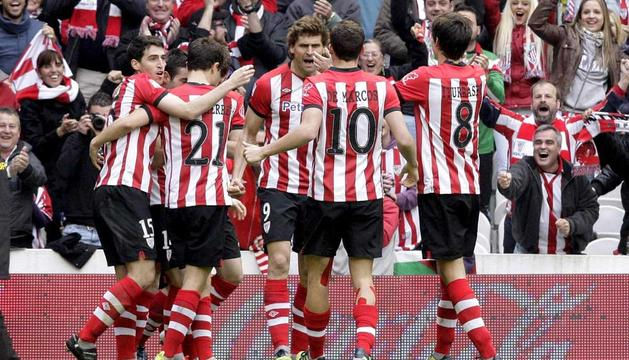 El delantero del Athletic Club Fernando Llorente (c) es felicitado por sus compañeros tras marcar el gol de su equipo ante el Sevilla.