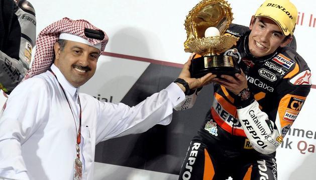 Marc Márquez recibe su trofeo tras ganar en Qatar