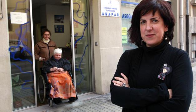 Sara Día de Cerio, coordinadora, posa ante la Asociación Navarra de Parkinson