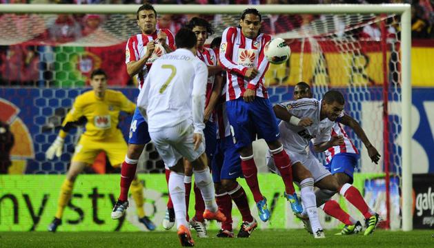 Cristiano Ronaldo fue decisivo en la victoria del Real Madrid sobre el Atlético, al anotar tres de los cuatro goles de los merengues.