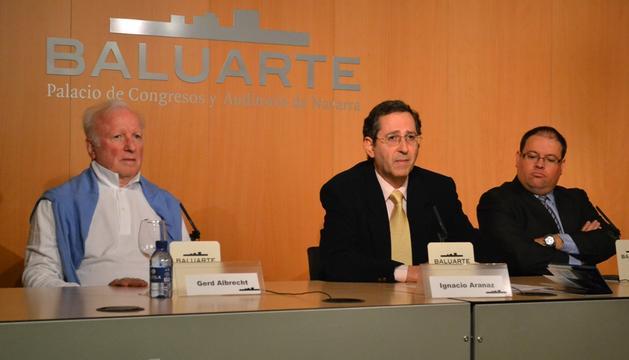 De izquierda a derecha, Gerd Albrecht; Ignacio Aranaz e Igor Ijurra.