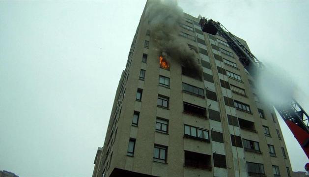 Imagen del incendio en una vivienda de Azpilagaña