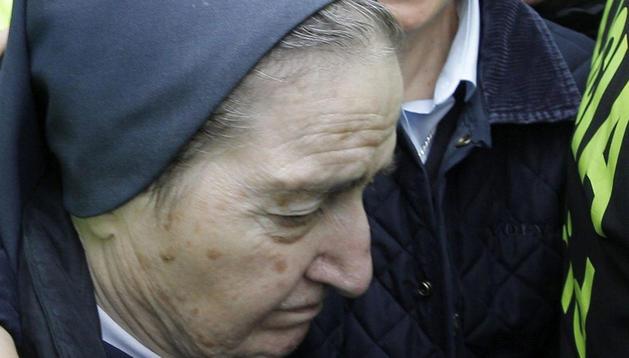 La monja María Gómez Valbuena (i), más conocida como sor María, a su llegada esta mañana al Juzgado de Instrucción número 47 de Madrid.