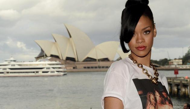 - La cantante Rihanna posa frente a la Ópera de Sidney en Australia