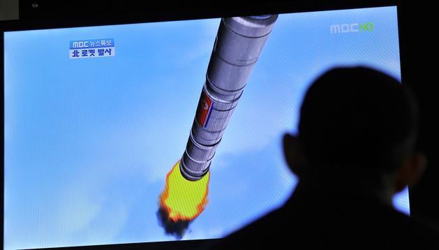 Un ciudadano surcoreano contempla en un aparato de televisión el lanzamiento del cohete desde Seúl