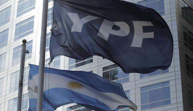 Detalle de las banderas de Argentina y de la petrolera YPF.