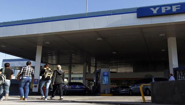 Imagen de una gasolinera de YPF en Buenos Aires