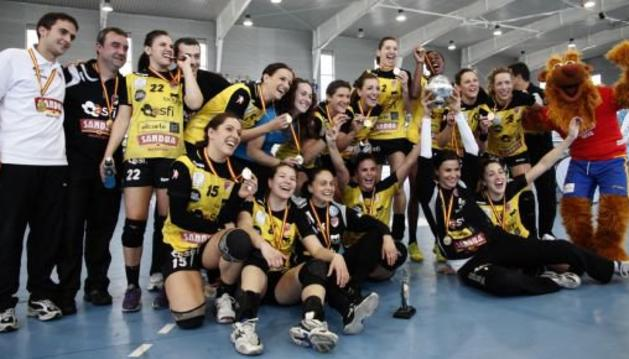 Las jugadoras y cuerpo técnico de Asfi Itxako celebran la Copa de la Reina lograda en Altea