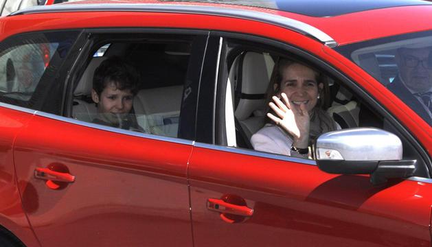 El hijo de la infanta Elena, Felipe Juan Froilán, abandona el hospital Quirón de Madrid acompañado de su madre